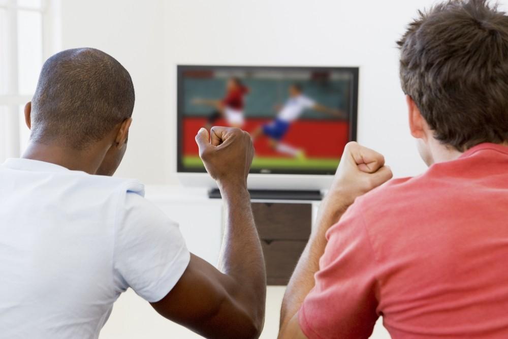 2 barbati privesc pariuri sportive la tv