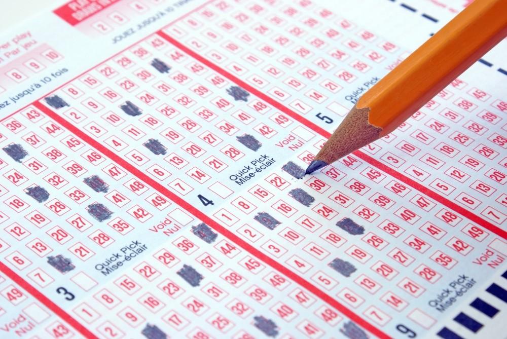 loto online bilete cu numere pe o masa