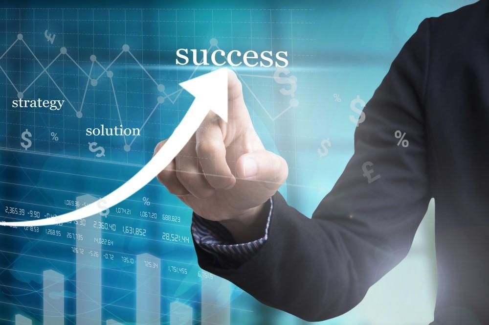 un barbat scrie succes pe sticla sisteme pariuri