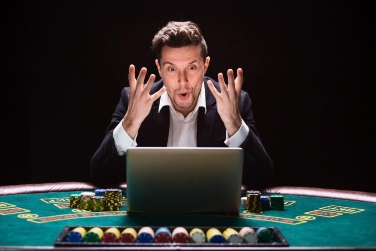 un barbat a castigat la poker online romania