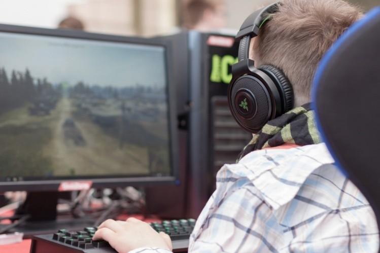 esports un baiat se joaca in jocuri online cu casti