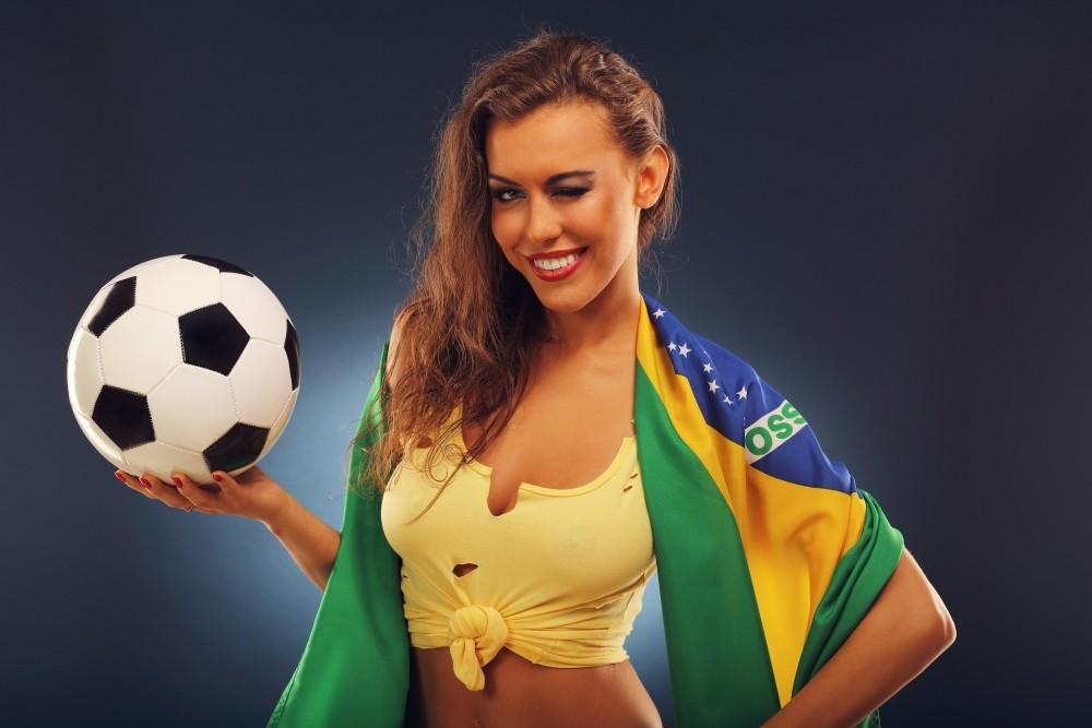 o domnisoara cu o minge in mana invita la pariuri sportive