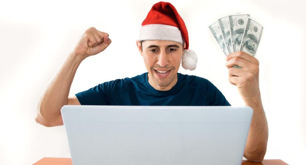 barbat in fata laptopului sarbatoreste program casa pariurilor