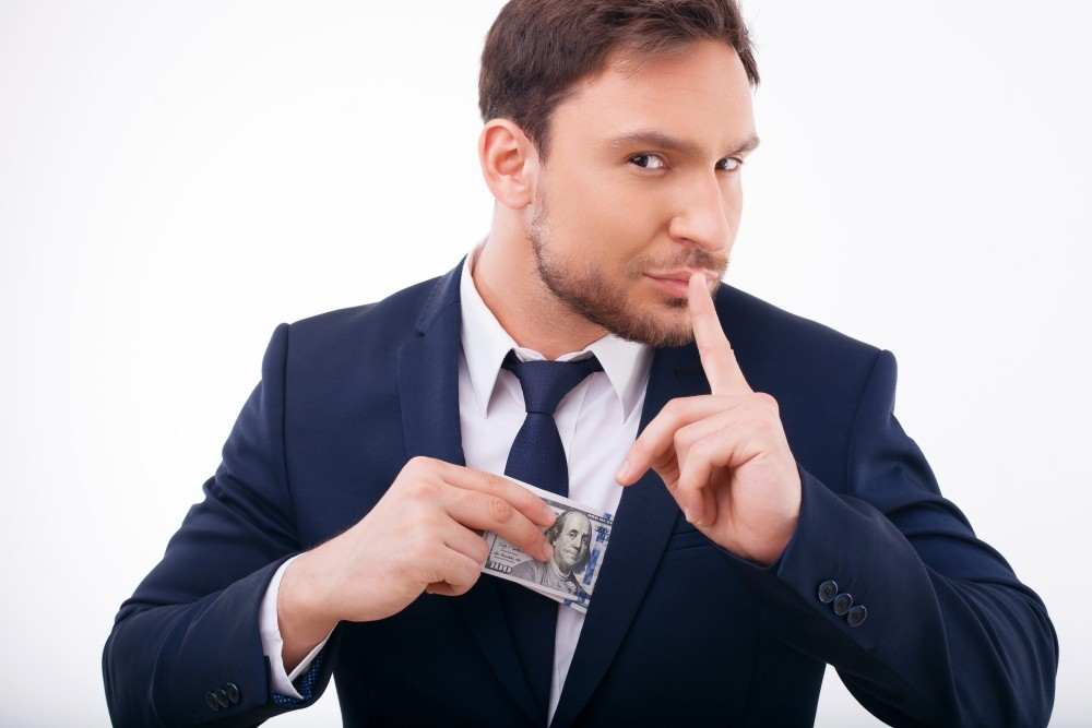 castig pariuri un barbat cu bani in buzunarul sacoului