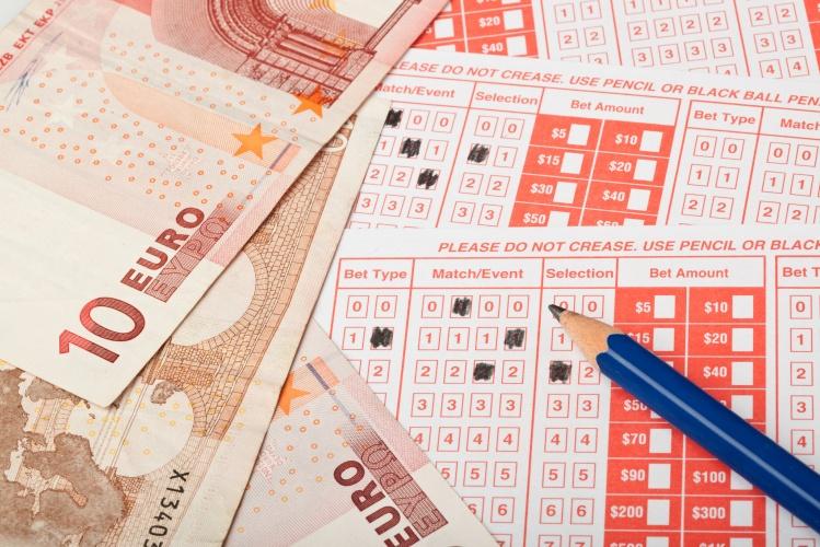 pariuri sportive cu bani si bilete pe o masa
