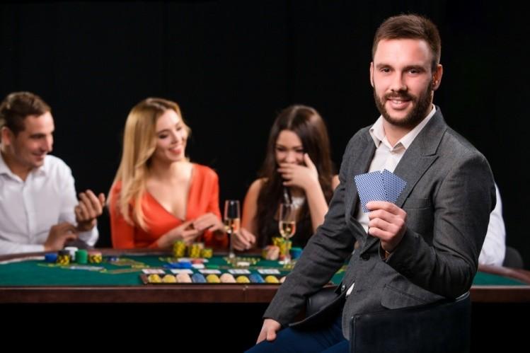 Un barbat joaca online blackjack la casino